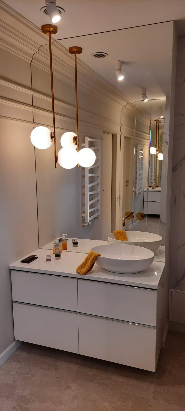 Lustro w łazience o skomplikowanym kształcie